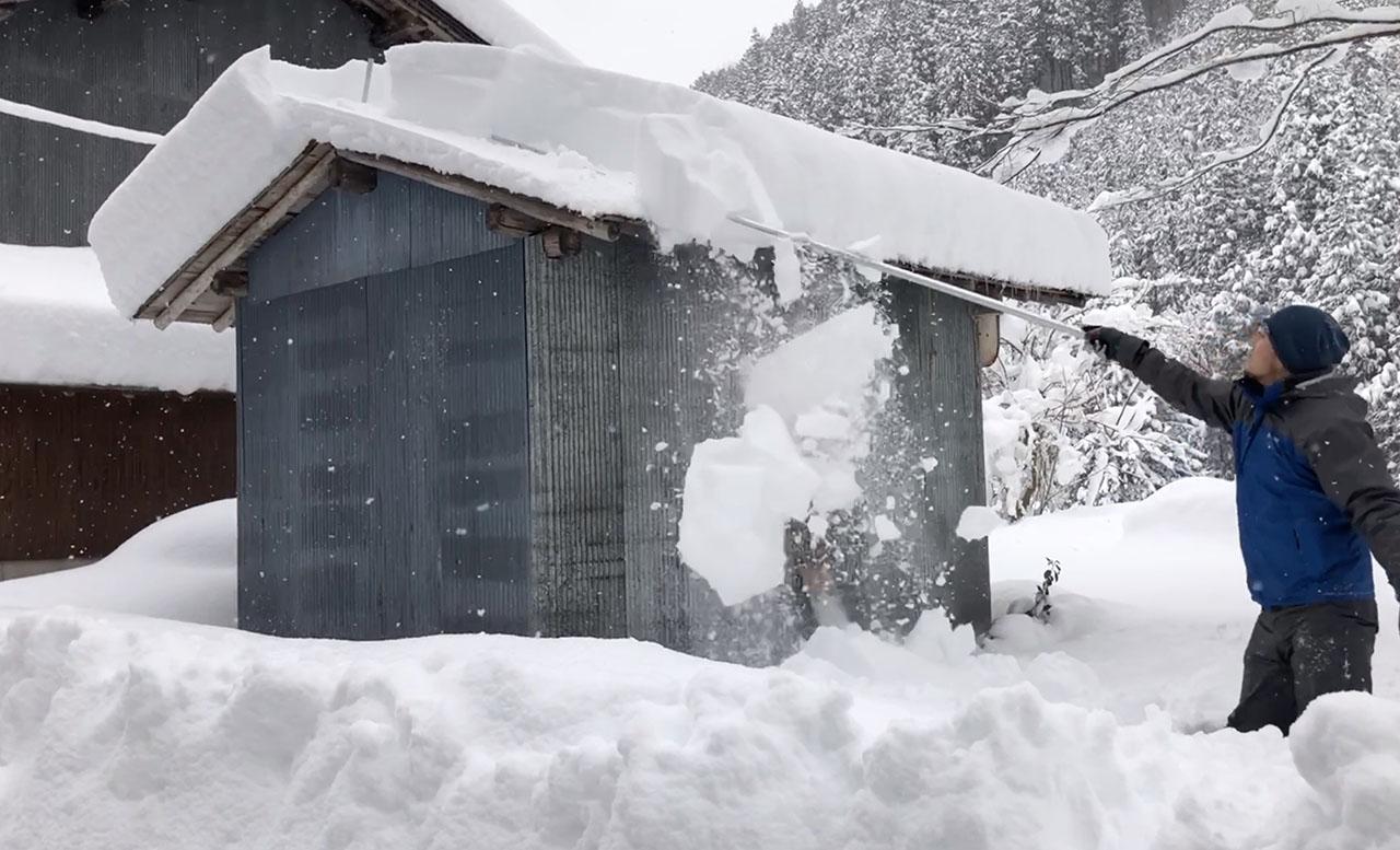 雪がシートを滑り落ちる